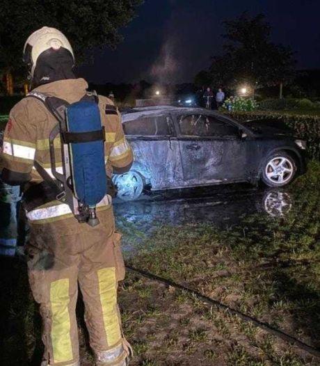 Geparkeerde auto brandt uit in Renswoude