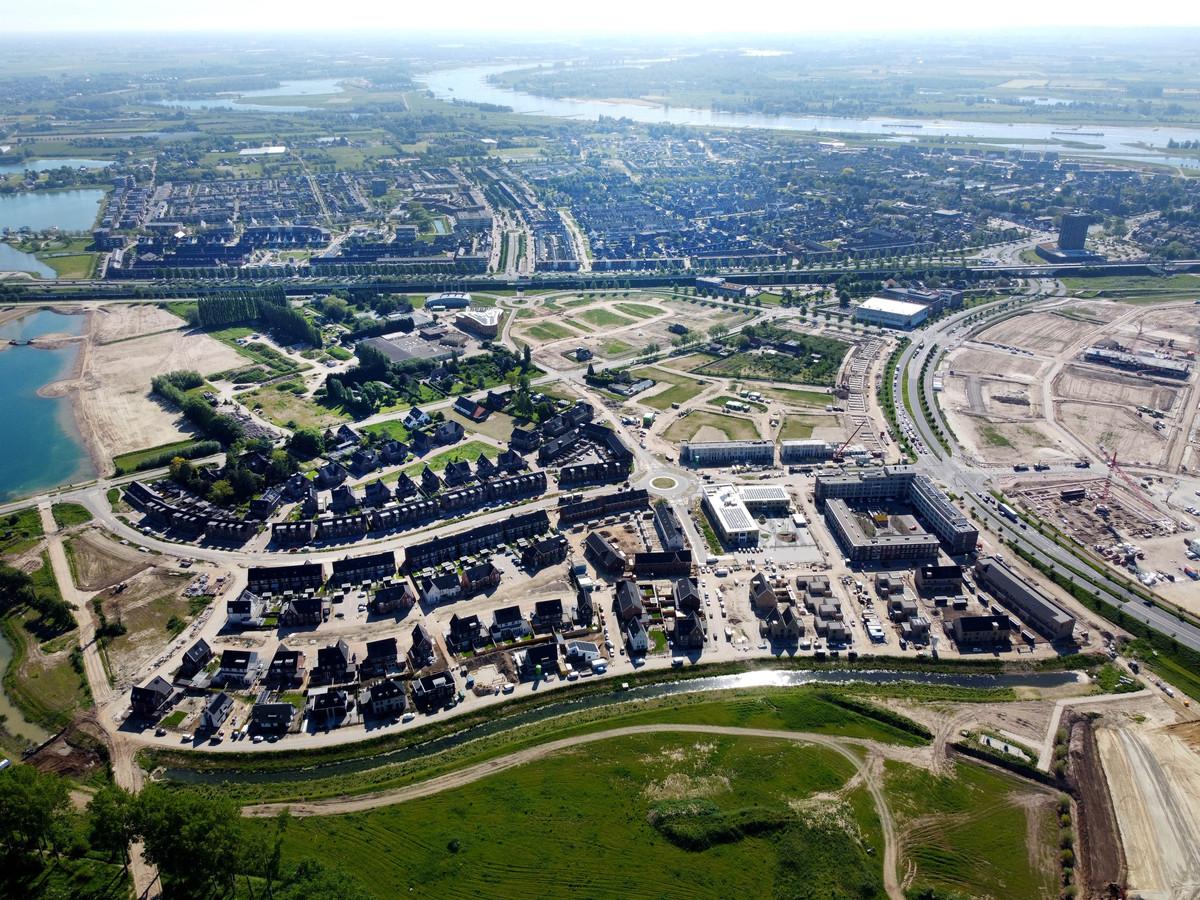 De wijk Woenderskamp in de Waalsprong. Met rechts het complex Rossiaan dat corporatie Talis bouwt voor starters op de woningmarkt. In het gebied tussen wijk en spoor ligt historische tuin De Warmoes. Dat gebied blijft groen.