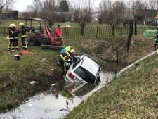 Auto belandt in water bij Nieuwerbrug