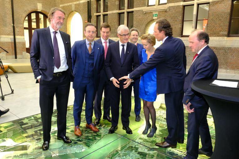 Links Jim Ratcliffe en Bart De Wever, verder herkent u ook onder meer Geert Bourgeois, Annick De Ridder, Jacques Vandermeiren en Philippe Muyters