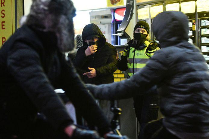 In de omgeving van de Oude Markt worden uit voorzorg mensen door de politie om hun legitimatie gevraagd.