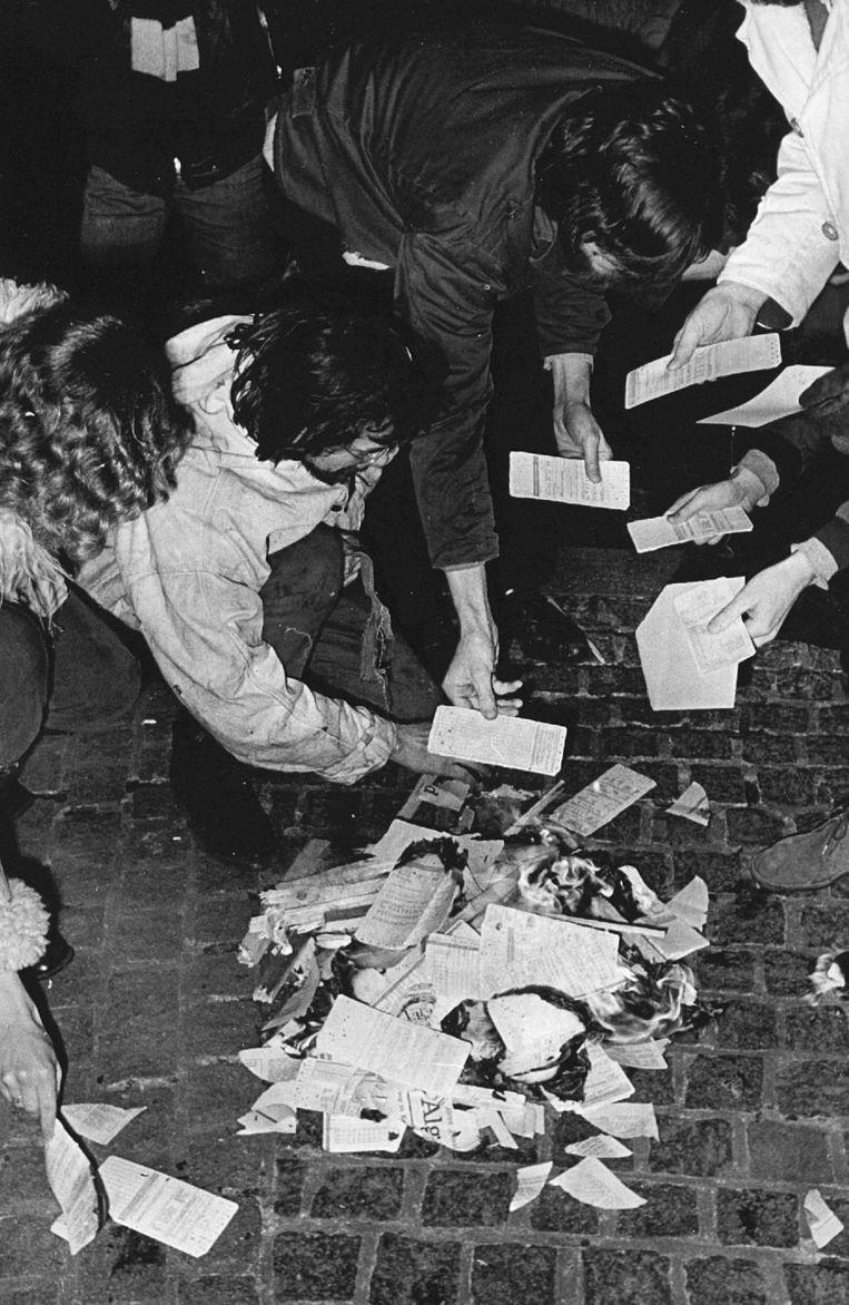 26 februari 1971: actievoerders tegen de volkstelling verbranden telformulieren op de Dam.   Beeld Hollandse Hoogte /  ANP