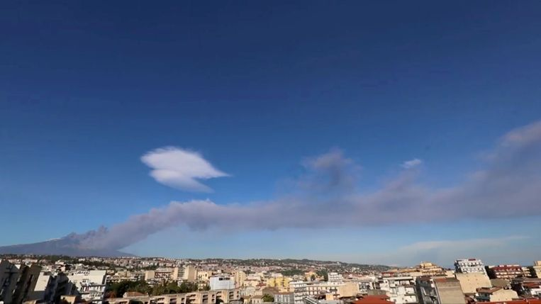 Italy's Mount Etna spews the ash and smoke in Sicily, Italy December 24, 2018. in this still image from a video obtained by Reuters TV on December 24, 2018.  REUTERS TV  ATTENTION EDITORS - THIS IMAGE WAS PROVIDED BY A THIRD PARTY.   NO RESALES. NO ARCHIVES. Beeld REUTERS