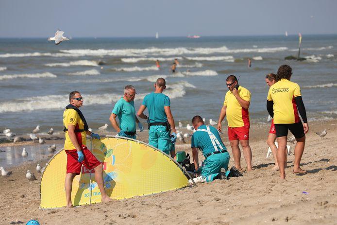 De traumahelikopter landde rond half vijf voor de tweede keer, ditmaal voor een reanimatie van een drenkeling op het strand bij Kijkduin.