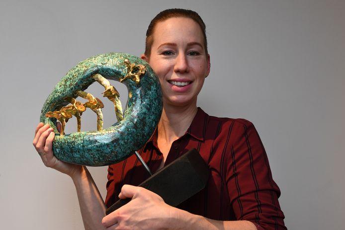 Janneke de Jong is keramist en gebruikt  menselijke botjes in haar werk. In dit object zijn in de groene ellips botjes uit de nekwervel van een mens verwerkt