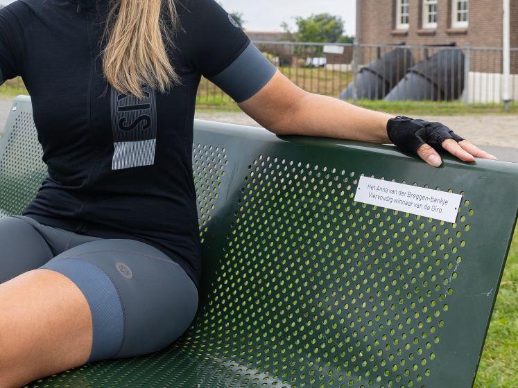 Anna van der Breggen heeft na 4 keer Giro-winst een eigen bankje dankzij Marijn de Vries