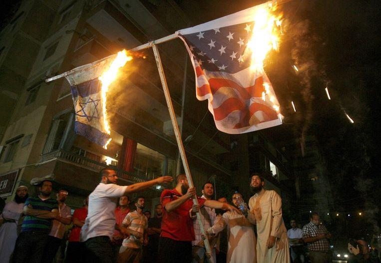 Libanese Moslims verbranden een Amerikaanse en Israëlische vlag. Beeld afp