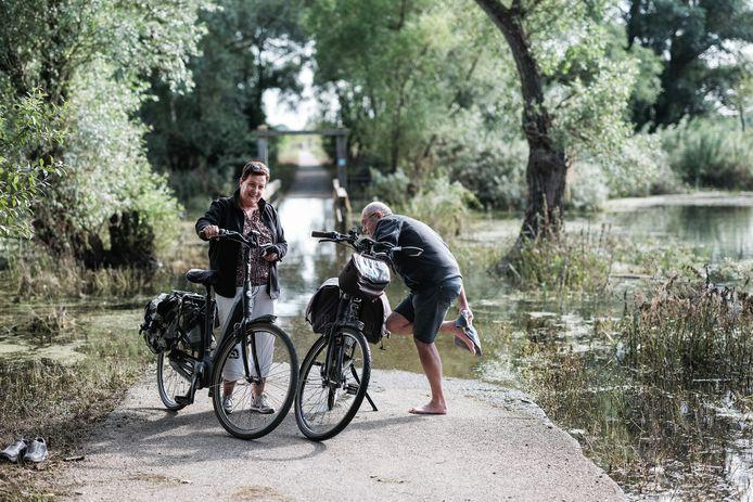 Toon en Thea Berendsen uit Ulft zien toch af van het oversteken van het ondergelopen fiets- en wandelpad in Herwen