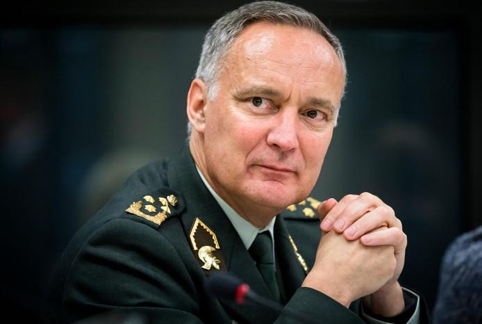 2016-09-28 18:02:59 DEN HAAG - Generaal Tom Middendorp, Commandant der Strijdkrachten, tijdens het algemeen overleg in de Tweede Kamer over de verlenging van de Nederlandse bijdrage aan de internationale strijd tegen ISIS. ANP BART MAAT
