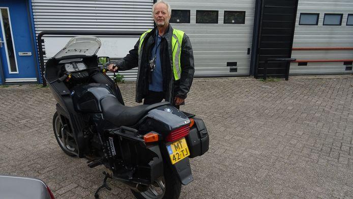Peter Griffioen met zijn BMW waar even tevoren de spiegel en de bak zijn afgereden. Hij ontsnapte ternauwernood aan een ernstig ongeluk.