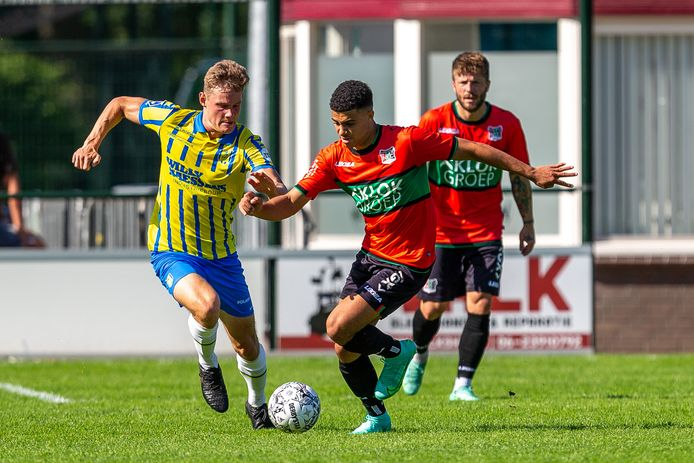 Elayis Tavsan versnelt met de bal in de oefenwedstrijd tegen RKC.