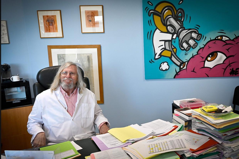 Microbioloog Didier Raoult in zijn kantoor in Marseille.  Beeld AFP