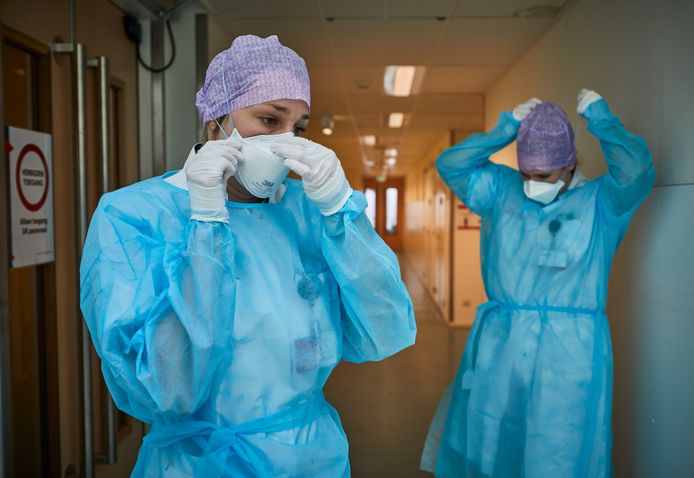 Danielle Verver en Lisa Hogendoorn, artsen in opleiding die werken met coronapatiënten in het St. Franciscus Gasthuis & Vlietland.