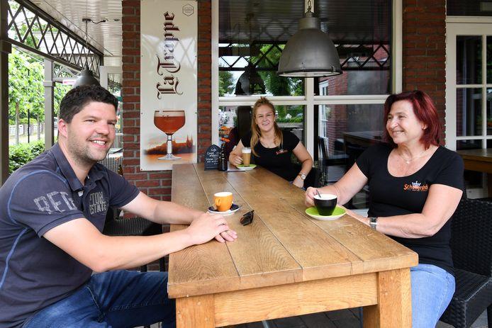 Han Bolijn, Nova Verzeijl (midden) en Marianne Lavrijsen bij café Schuttershof.