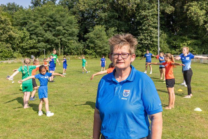 Coördinator Gea Luttels, met op de achtergrond kinderen die rek- en strekoefeningen doen tijdens de sportweek op de Pelikaan. De Dalfsense is er al sinds het begin bij betrokken.