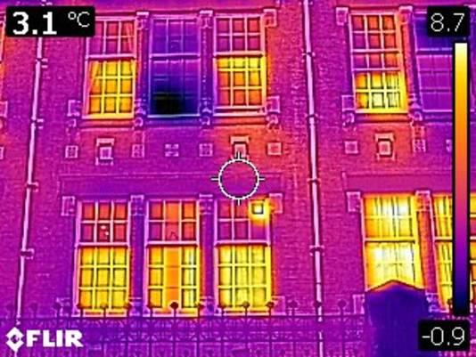 De kleuren geven de temperatuur aan: hoe lichter de kleur, hoe meer warmteverlies.