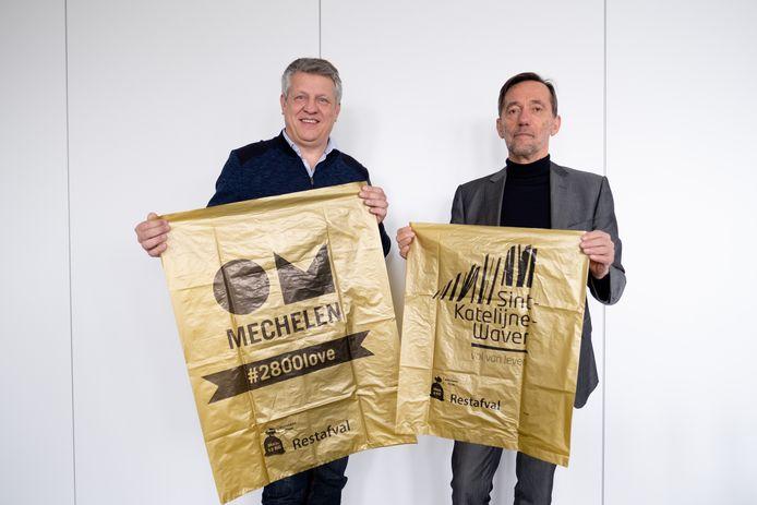 Voorzitter Koen Anciaux en algemeen directeur Jos Boeckx tonen de nieuwe, kleinere huisvuilzakken.