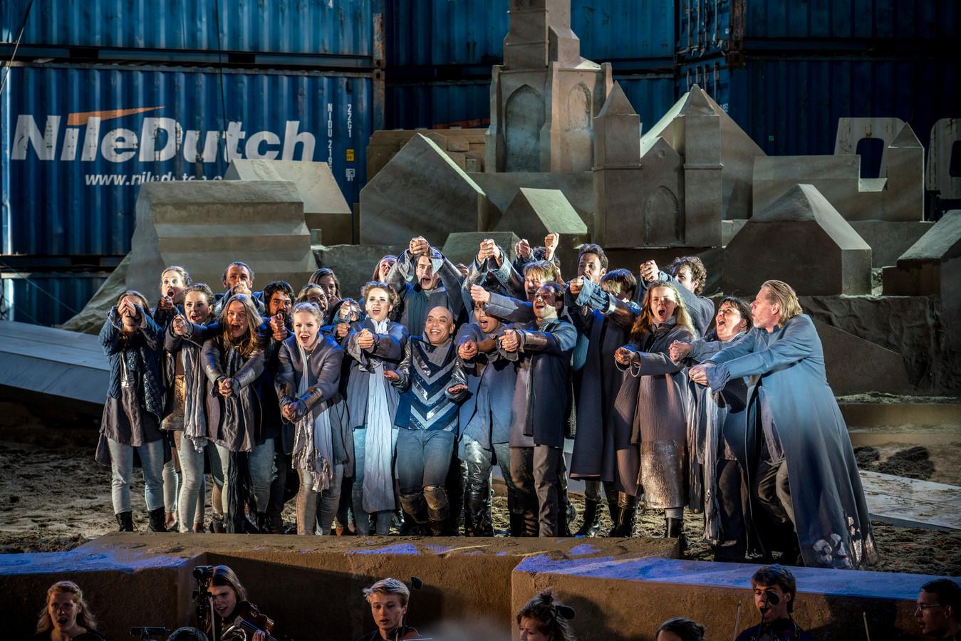 De opera Thijl werd opgevoerd op vliegbasis Soesterberg in een decor van zeecontainers.