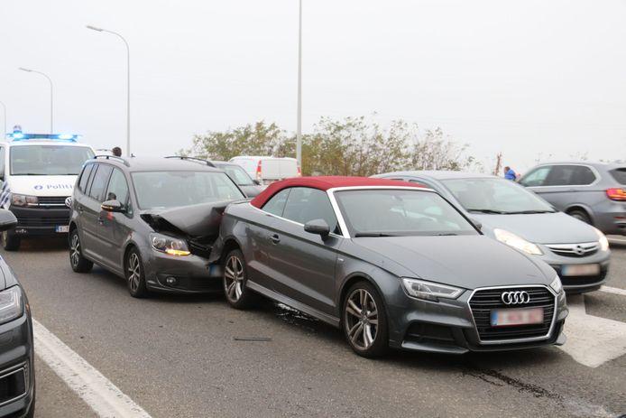 De schade aan beide voertuigen was groot na de klap.