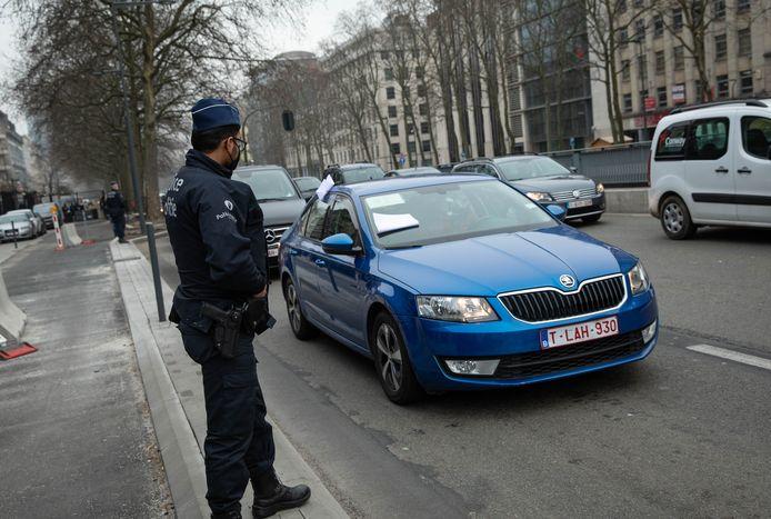"""Een honderdtal bestuurders van een """"verhuurvoertuig met bestuurder"""" zijn maandagochtend naar het kabinet van de Brusselse premier Rudi Vervoort (PS) gereden om te protesteren."""