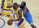 LeBron James vecht een duel uit met James Harden.