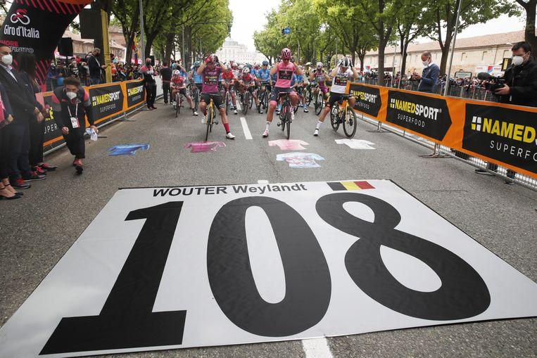 De Giro is Wouter Weylandt niet vergeten. De organisatie pakt voor de start in Stupinigi uit met een sereen eerbetoon aan de overleden renner. Beeld Photo News