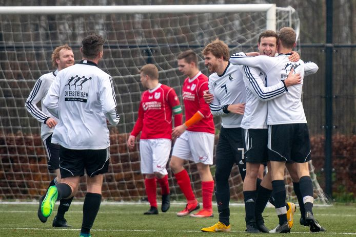 SC EDS (hier tegen Dierensche Boys) opent het seizoen lekker met twee bekeroverwinningen.
