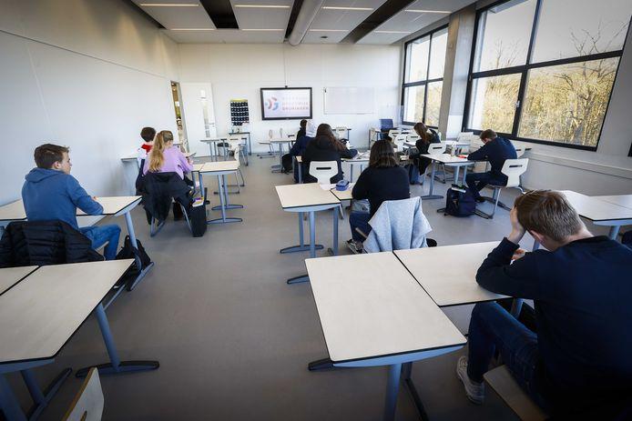 Middelbare scholieren die onderling 1,5 meter afstand houden, dat lijkt de realiteit te worden na de heropening van het voortgezet onderwijs volgende week.