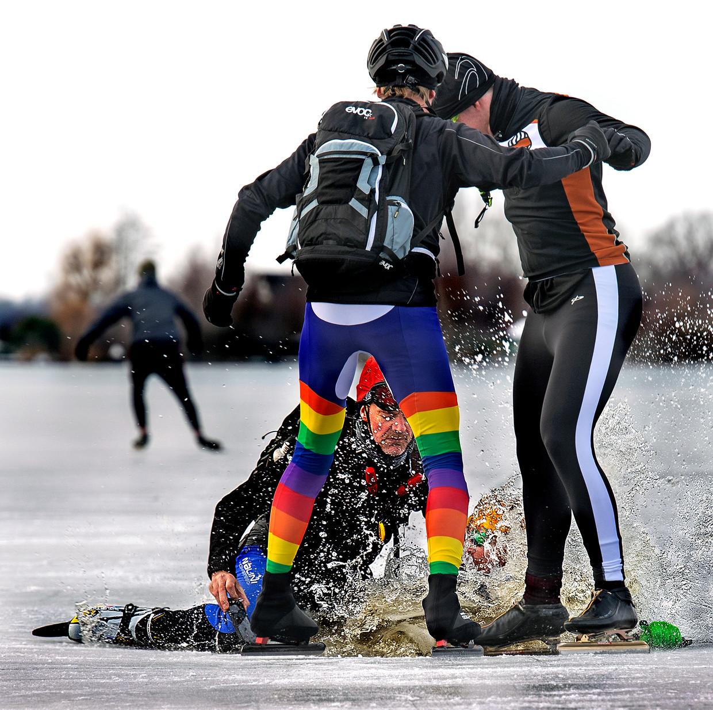 Twee schaatsers zakken door het ijs op de Vuntus bij Oud-Loosdrecht. Beeld Klaas Jan van der Weij