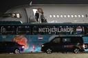 Bondscoach Frank de Boer van het Nederlands elftal stapt uit het vliegtuig na terugkeer uit Boedapest, afgelopen nach.