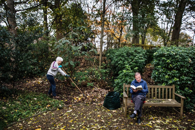 Karel en Magda Van Haelst genieten van hun natuurtuin. 'Een gazon is maar eentonig, onze tuin is dat allesbehalve', klinkt het.   Beeld Aurélie Geurts