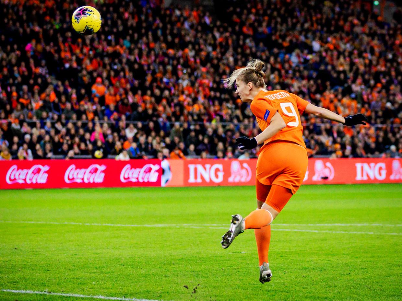 Vivianne Miedema kopt de 3-1 tegen Slovenië binnen, 12 november 2019. Nederland won met 4-1. Beeld ANP