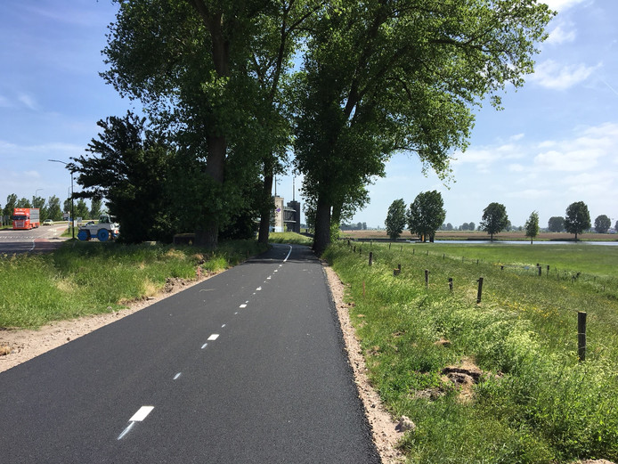 Het ruim 3 meter brede fietspad. Op de achtergrond de waterkering  van Waterschap Rivierenland in het Heusdensch Kanaal.