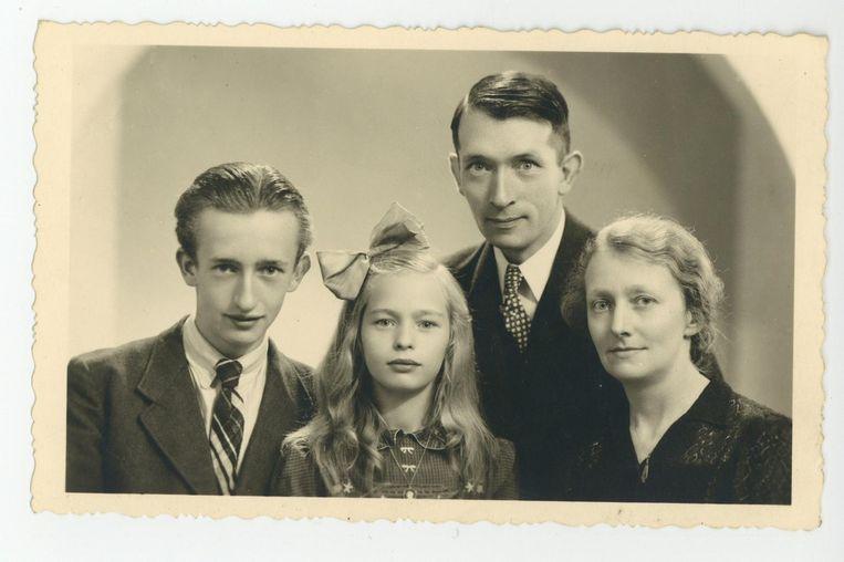 Ena Breukelaar met broer en ouders tijdens de Tweede Wereldoorlog. Beeld -
