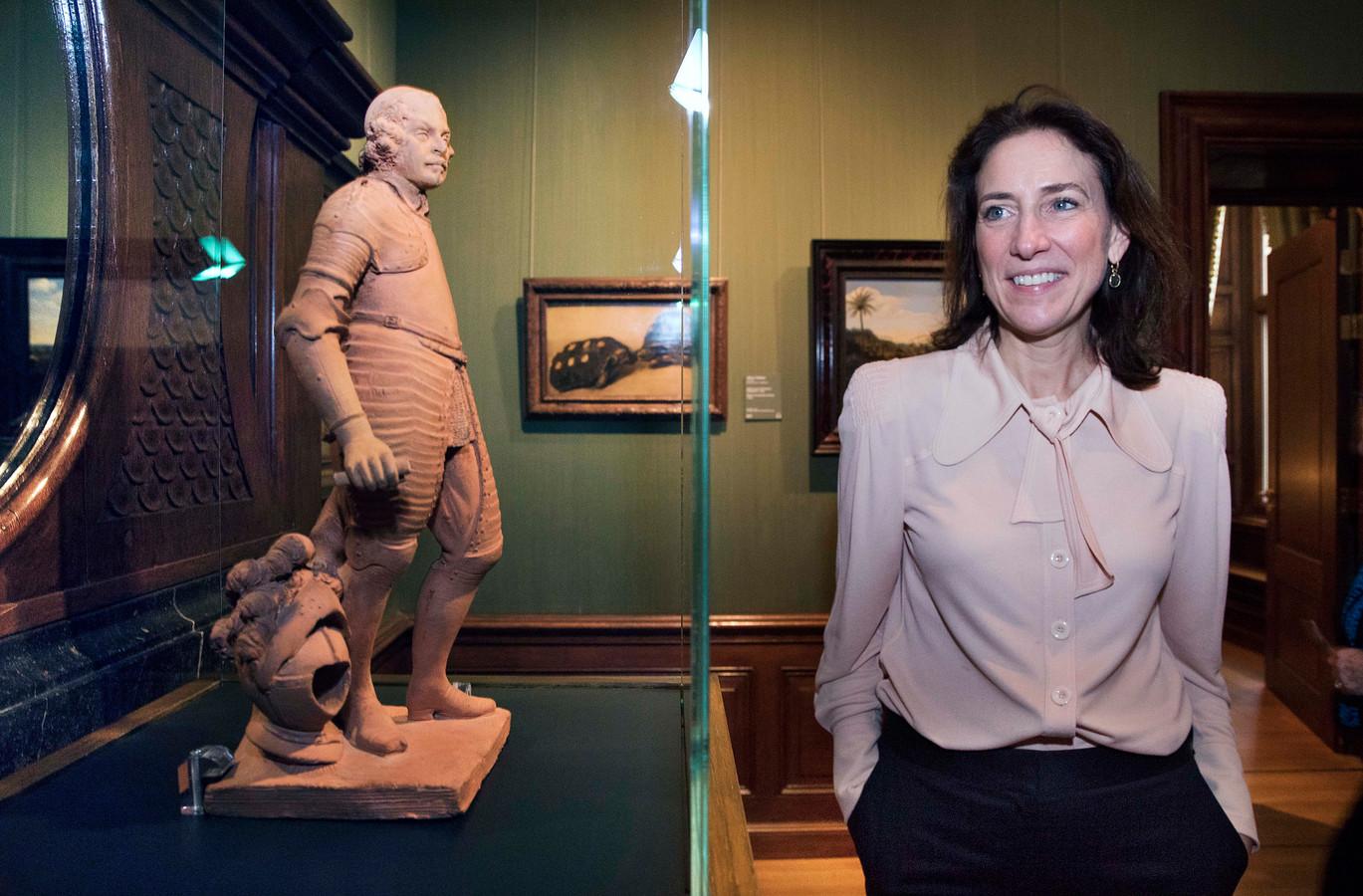 Directeur Emilie Gordenker in zaal 13, het kabinet dat sinds vorig jaar is opgedragen aan de naamgever van het museum.