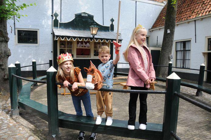 Rosalie, Floris en Jasmine Schilperoort ontdekten het pleintje zaterdag met de poppenkastvoorstelling.