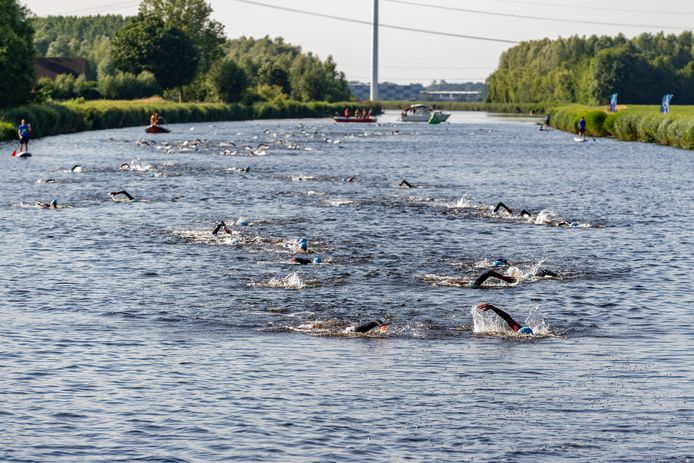 Zwemmen in de Roosendaalse Vliet, tijdens de laatste editie van de Triathlon Oud Gastel in 2019.