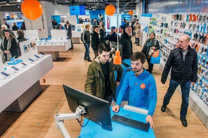 Coolblue heeft tegenwoordig ook fysieke winkels. Hier de Coolblue XXL op de Amsterdamse Zuidas.