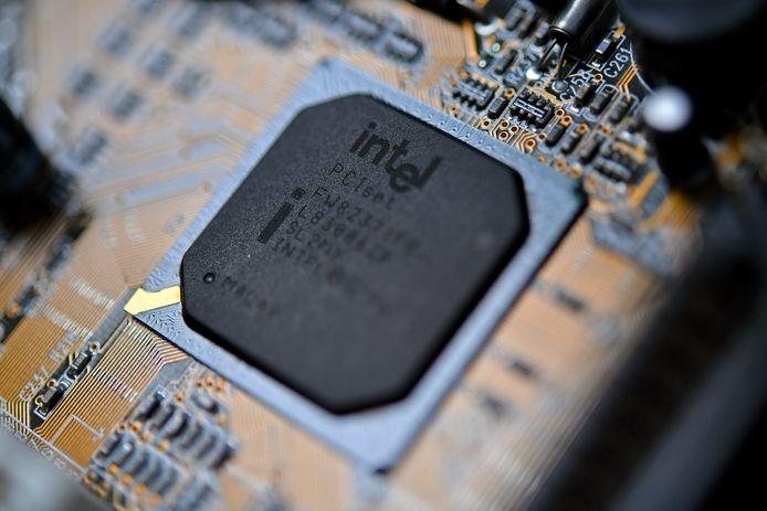Processorchips van Intel zijn nog steeds kwetsbaar, ondanks dat het lek al eerder werd ontdekt en bij Intel was aangemeld. The New York Times schrijft woensdag over deze bevindingen van de Vrije Universiteit Amsterdam. Gevoelige informatie ligt nog steeds voor het oprapen, zeggen de onderzoekers.