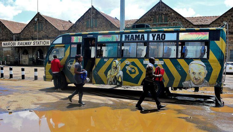 Een portret van paus Fransiscus geschilderd op een bus bij het station van Nairobi. Beeld AFP
