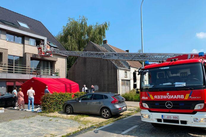 Het lichaam van de bewoonster werd aangetroffen op de parking voor haar appartement.
