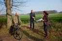 Initiatiefnemers van de petitie tegen windmolens in de landgoederenzone Jeroen Eikholt (l),Anne Zekveld in gesprek met wethouder Pouwel Inberg (midden)