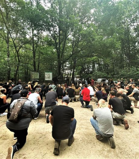 """Une centaine de participants réunis pour un hommage non-autorisé à Jürgen Conings, qualifié de """"héros"""""""