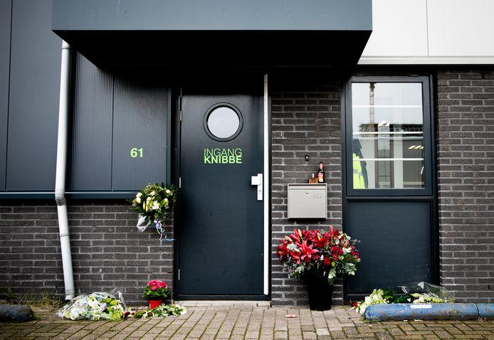 Bloemen bij het bedrijf van Reduan B., de doodgeschoten broer van de Utrechtse kroongetuige Nabil B., begin 2019.