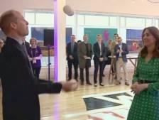 Le prince William montre ses talents de jongleur