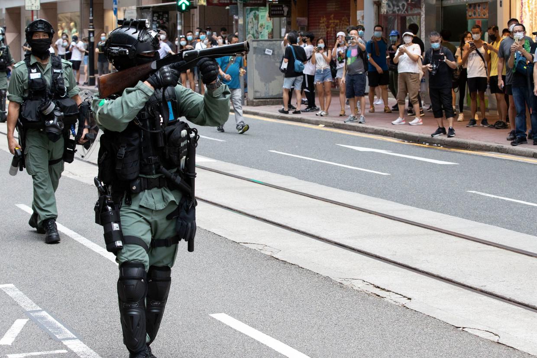 Ordetroepen hebben het gemunt op demonstranten in de straten van Hongkong.  Beeld Photo News