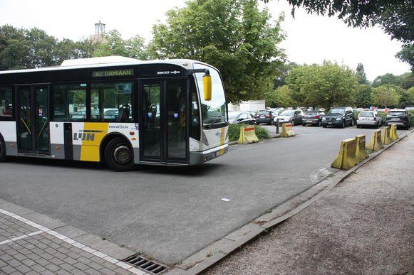 De centrumbus draait op de randparking. Er werden al betonblokken geplaatst, zodat de bus zeker kan draaien. Maar ook dat houdt sommige chauffeurs niet tegen om er te parkeren.