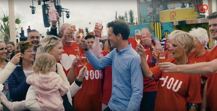 Na het huwelijksaanzoek volgde een feestje met champagne