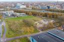 De plek van de nieuwe evenementenhal komt, rechtsachter de Zwolse binnenstad.