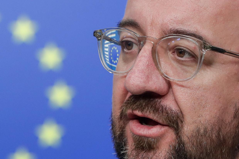 Voorzitter Charles Michel van de Europese Raad op de persconferentie dinsdagavond in Brussel, na afloop van een video-vergadering met de EU-regeringsleiders over de coronacrisis.  Beeld EPA